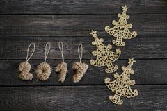 新年的标志以圣诞树的形式在木背景 库存照片