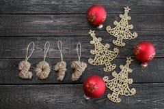新年的标志以圣诞树的形式在木背景 免版税库存照片