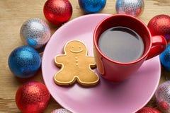 新年的玩具和咖啡在木桌上 免版税图库摄影