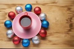 新年的玩具和咖啡在木桌上 库存图片