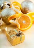 新年的玩具和桔子 免版税库存照片