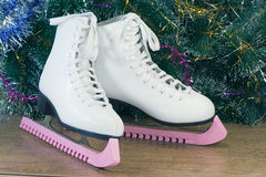 新年的礼物-美丽的妇女滑冰。 免版税图库摄影