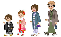 新年的走和服的家庭,侧视图 免版税库存图片