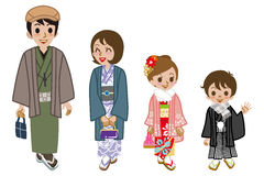 新年的走和服的家庭,正面图 免版税库存照片