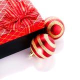 新年的镶边的红色球和礼物 免版税库存图片