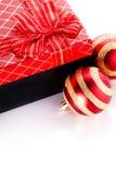 新年的镶边的红色球和礼物 图库摄影