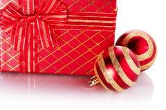 新年的镶边的红色球和礼物 免版税库存照片