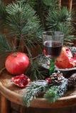 新年的静物画用红葡萄酒、石榴和杉木增殖比 免版税库存照片