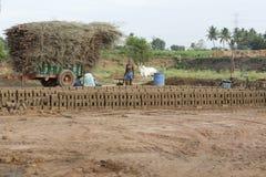 新闻纪录片的手工制造砖在印度 免版税库存图片