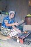 新闻纪录片的社论图象 巴厘语人ccok在烤肉格栅的猪肉剁 库存图片