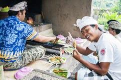 新闻纪录片的社论图象 巴厘语人ccok在烤肉格栅的猪肉剁 免版税库存图片