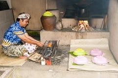 新闻纪录片的社论图象 巴厘语人ccok在烤肉格栅的猪肉剁 免版税图库摄影
