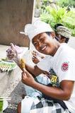 新闻纪录片的社论图象 巴厘语人ccok在烤肉格栅的猪肉剁 库存照片
