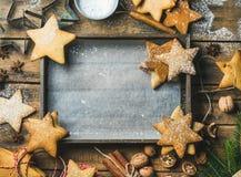 新年背景,有烘烤纸的木盘子在中心 免版税库存图片