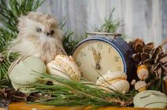 新年装饰用蛋白杏仁饼干,葡萄酒闹钟,猫头鹰之子a 库存照片