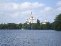 新闻议院侧视图在布加勒斯特,在Herastrau湖 免版税库存照片