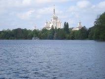 新闻议院侧视图在布加勒斯特,在Herastrau湖 库存图片