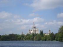 新闻议院侧视图在布加勒斯特,在Herastrau湖 免版税库存图片