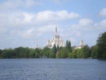 新闻议院侧视图在布加勒斯特,在Herastrau湖 库存照片