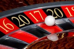 新年2017年赌博娱乐场轮盘赌的赌轮红色区段十七17 库存图片