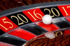 2016新年赌博娱乐场轮盘赌的赌轮红色区段十六16 免版税库存照片