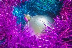 新年闪亮金属片球圣诞节装饰 图库摄影