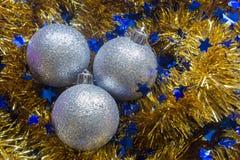 新年闪亮金属片球圣诞节装饰 免版税库存照片