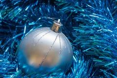 新年闪亮金属片球圣诞节装饰 免版税库存图片