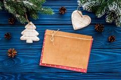 新年问候的空间 纸近的圣诞节玩具和云杉的分支在蓝色木背景顶视图大模型 库存照片