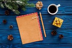 新年问候的空间 纸近的圣诞节礼物和云杉的分支在蓝色木背景顶视图大模型 库存图片