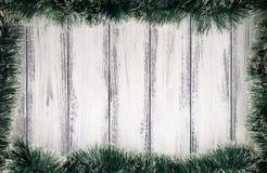 新年题材在白色减速火箭的木背景的圣诞树装饰 库存照片