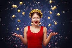 新年,圣诞节,假日概念-礼服的微笑的妇女有在光背景的礼物盒的 2017年 免版税库存照片