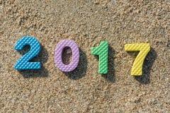 新年2017年,在海滩沙子的五颜六色的文本 库存图片