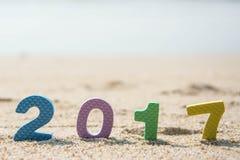 新年2017年,在海滩沙子的五颜六色的文本 免版税库存图片