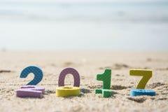 新年2017年,在海滩沙子的五颜六色的文本 免版税库存照片