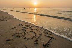 新年2017年,在海滩的文本在微明 免版税库存图片