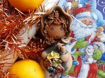 新年` s和圣诞节 地精、蜜桔和圣诞节蜡烛 新年的内部 免版税库存图片