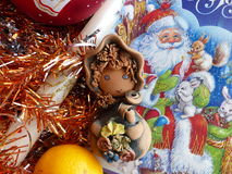 新年` s和圣诞节 地精、蜜桔和圣诞节蜡烛 新年的内部 库存图片
