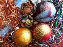 新年` s和圣诞节 地精和新年` s玻璃球形 新年的内部 免版税库存照片