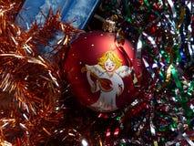 新年` s和圣诞节 玻璃球形和圣诞节蜡烛 新年的内部 库存图片