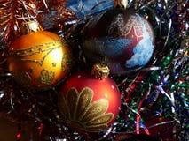 新年` s和圣诞节 玻璃球形和圣诞节蜡烛 新年的内部 免版税图库摄影