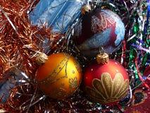 新年` s和圣诞节 玻璃球形和圣诞节蜡烛 新年的内部 库存照片