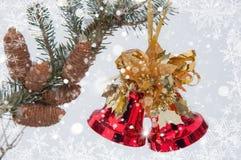 新年` s在一个冷杉木分支的手铃与锥体 抽象空白背景圣诞节黑暗的装饰设计模式红色的星形 图库摄影