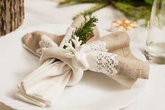 新年` s桌设置,餐巾的持有人以鹿的形式 免版税库存图片