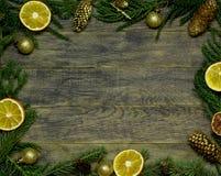 新年` s边界框架 圣诞节木背景 免版税库存图片