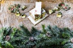 新年` s静物画-在背景的明信片袋装 免版税图库摄影