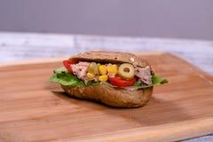 新sendwich用火腿、莴苣、金枪鱼色拉、橄榄、玉米和t 免版税库存照片