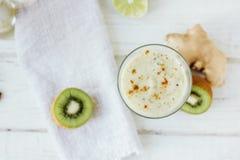 新smothie -素食主义者饮料用香蕉、沙拉叶子、姜和猕猴桃 库存图片