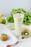 新smothie -素食主义者饮料用香蕉、沙拉叶子、姜和猕猴桃 免版税库存图片
