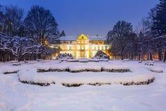 方丈宫殿冬天风景在多雪的公园 免版税库存图片